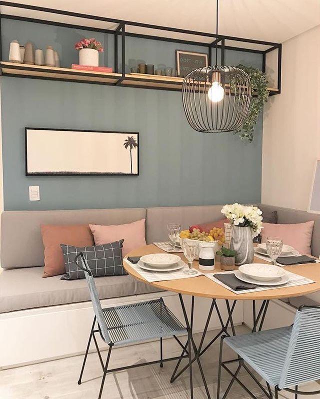 Nous aimons les bancs dans la salle à manger, ils sont parfaits pour profiter de l'espace