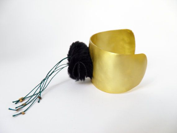 Cuff bracelet, hammered gold aluminum metal, black synthetic fur, green silk thread. on Etsy, 35,00 €
