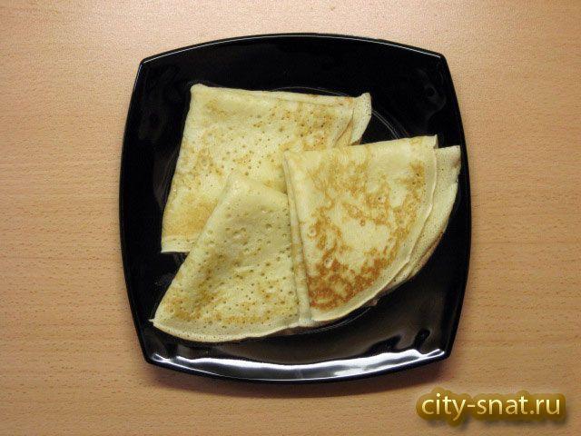 Пышные блины на сыворотке - 0,5 литра сыворотки (кефира или кислого молока), 2 яйца, 2-4 столовые ложки сахара, половина чайной ложки соли, 1 чайная ложка соды, 10-12 столовых ложек муки, 3 столовые ложки растительного масла, сливочное масло для смазывания блинов.