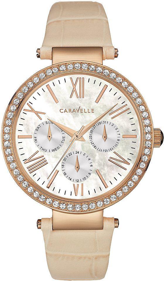 """Mit der roségoldfarbenen Multifunktionsuhr """"Crystal"""" von Caravelle New York bringst du deine Liebste (nicht nur am Valentinstag) garantiert zum Strahlen: Funkelnde Swarovski-Kristalle und das schicke Echtlederarmband in Kroko-Optik machen die elegante Damenuhr zum stilvollen Hingucker."""