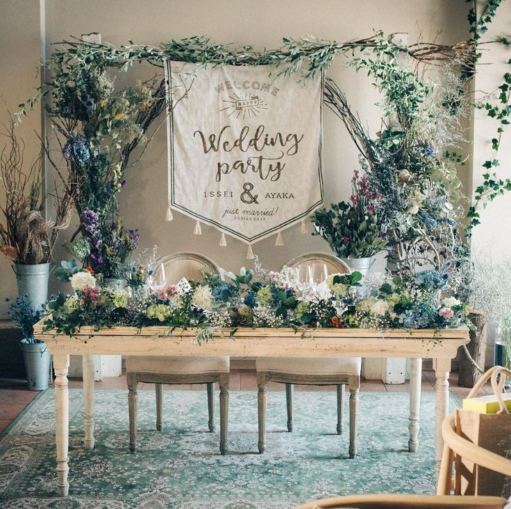 「* 高砂装花。 . 見た瞬間、あまりの素敵さに息をのみました。 . タイル張りの床、ビンテージ調の絨毯、ドライフラワー、そのどれもが絶妙にマッチしてて、 本当に本当に可愛かった! . #結婚式レポ…」