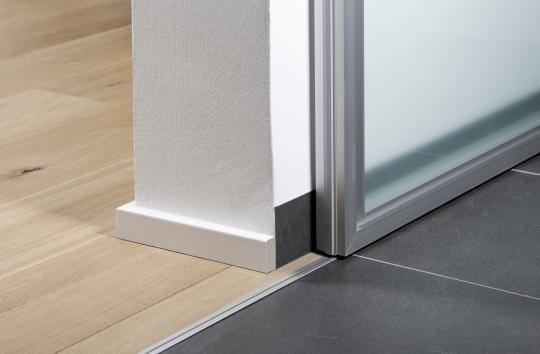 Puertas correderas de paso entre comedor y cocina de ADVANTAGE, detalle: Guias empotradas en el suel