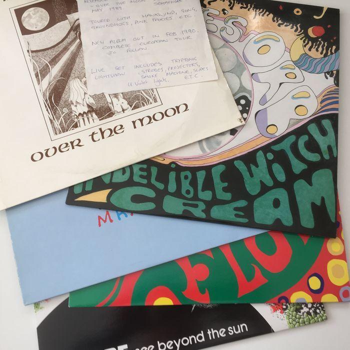 prachtige verzameling van UK Neo Psych LPs ft Twink Mandragora Alice's Orb suïcidale bloemen Strobe  Alice's OrbOnuitwisbaar heks crèmeBritse vreemd Brown 1995 8-track LP in aangepaste genummerde #103/500 foto hoes met invoegenSB9Suïcidale bloemenPsychedevilic geluiden van suïcidale bloemenUK wit arseen 1997 10-track LP in beeld hoes met genummerde #023/500 invoegenNOS4R2StroboscoopZie verder de zonUK Mystic stenen 1991 7-track LP in beeld hoesRUNELP7MandragoraOver de maanUK privé 1988…