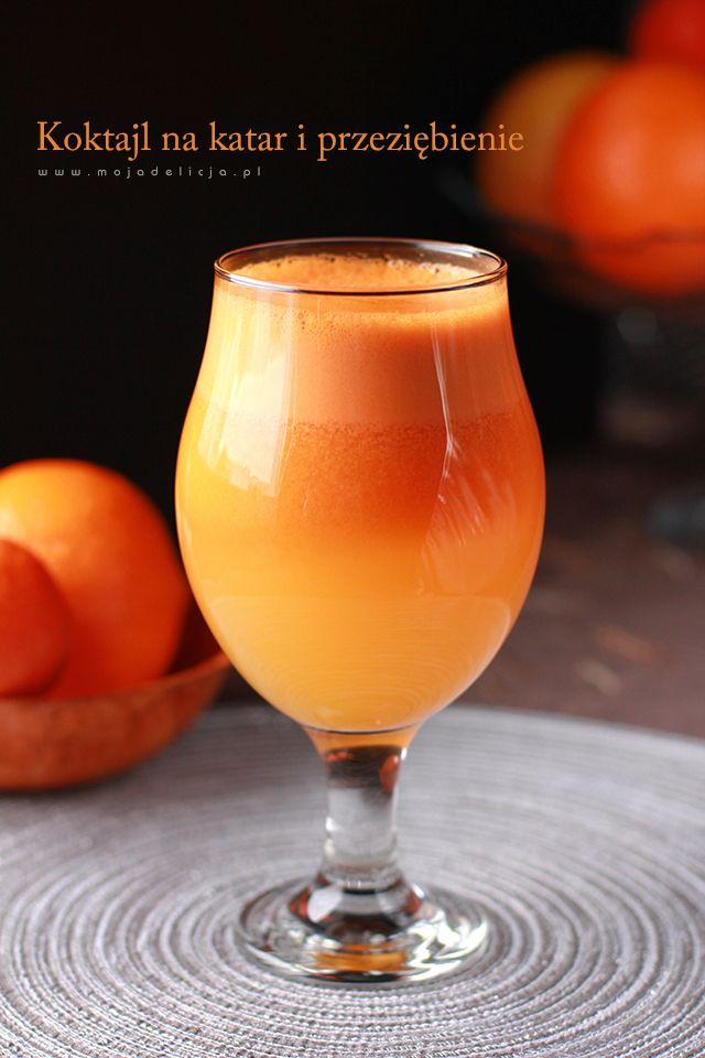 Prosty, pyszny i zdrowy koktajl. 3 marchewki + 3 pomarańcze = koktajl na katar i przeziębienie. Koktajl ma działanie obkurczające śluzówki nosa, więc polecany przy katarze :) (1 porcja)  Marchewki i pomarańcze obrać. Wrzucić do sokowirówki i wycisnąć sok. Przelać do szklanki. Od razu podawać.