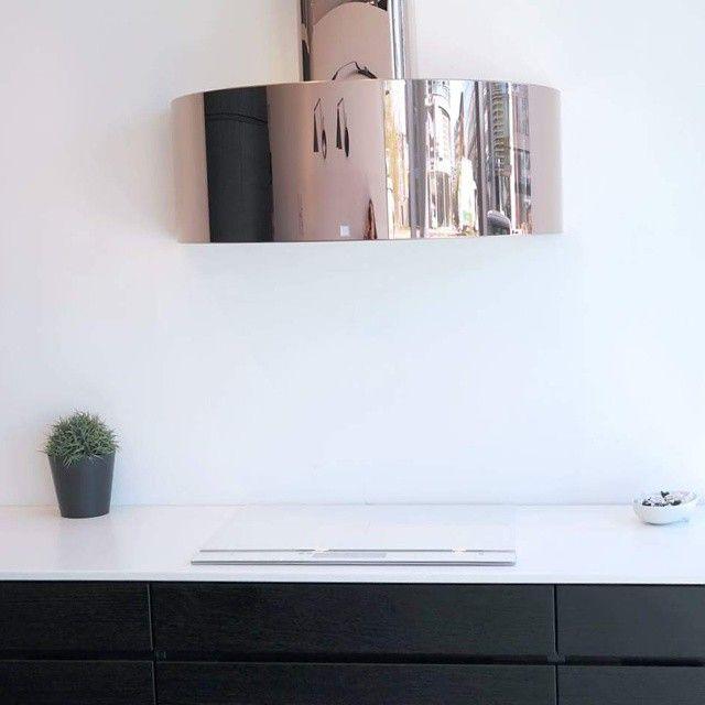 Vi elsker kontrastene mellom den sorte innredningen og den hvite benkeplaten med hvit koketopp til! ❤❤❤ Det som virkelig er prikken over i'en er denne lekre Røroshetta! Vi blir ikke lei av denne utstillingen, kom å se den utstilt hos oss nå! #røroshetta #kvik #kvikkjøkken #kvikkitchen #kvikskoyen #interiør #bobedre #kkliving #kontraster #kjøkken #room123 #kjøkkeninspo #kobber #rosegull #hvitevarer #manobykvik #inspirasjon