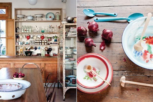 Conocé la cocina de Juliana López May  Como centro de mesa, una fuente esmaltada y bowls. Juliana fue fascinando con los enlozados, que representan para ella un espíritu simple, menos pretencioso que la porcelana..