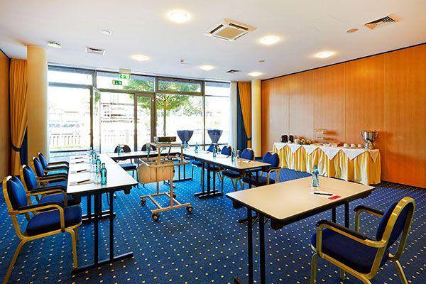 Eines der Konferenz- & Seminarräume / One of the conference and seminar rooms   H+ Hotel Stade