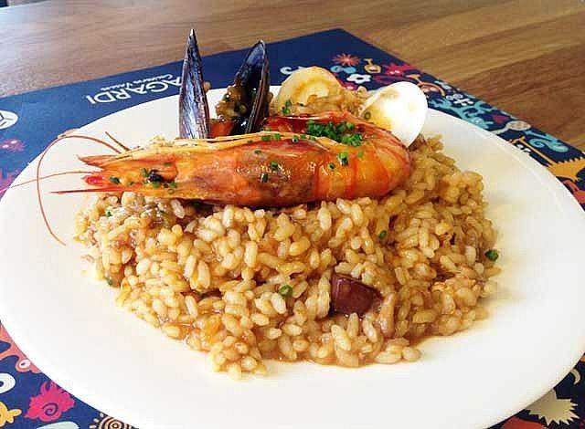 La ricetta è di Miquel Farin, chef del padiglione della Spagna a Expo Milano 2015. La paella è il piatto spagnolo per eccellenza, diffuso in numerose varianti, la versione più celebre è quella con i frutti di mare.