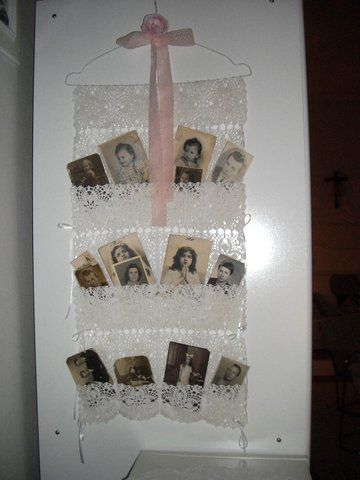 Családi fotók gyűjteménye az általam horgolt csipke, amit rádolgoztam egy tisztítóból kapott drót vállfára.