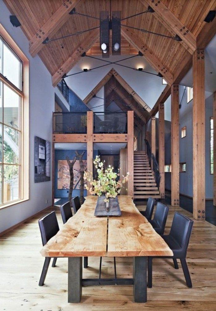 salon plafond haut, sol en bois clair, table en bois brut, chaises noires, idee deco salle de sejour
