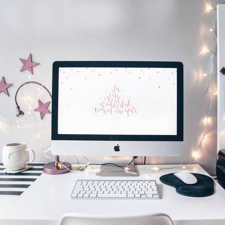 #ChristmasMood  To już prawie prawie! Przyznajcie się - szalejcie ze sprzątaniem? Czy rączej sprzątacie na bieżąco i teraz nie latacie ze szmatką w popłochu? Jeśli mogę mieć życzenie to chciałabym aby moi czytelnicy odpoczęli w tę święta. Co Wy na to?  #christmas #iMac #homedesign #homedecor #scandinavian #minimalism #minimal #photooftheday #instamood #desk #homeoffice #office #lights #winter #wintermood #hygge #vsco #vscocam