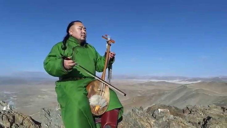 Sehr interessanter Kehlkopf Gesang, mit welchem uns dieser Künstler die Heldentaten von Dschingis Khan näher bringt