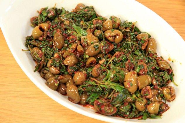 Zahterli Salata Malzemeleri ( 2 kişilik / 10 dakika ) 7-8 yemek kaşığı kırık yeşil zeytin 1 bağ Zahter 1 çorba kaşığı Biber salçası 2-3 dal Taze soğan ½ bağ Maydanoz 2 çorba kaşığı Nar ekşisi 4-5 yemek kaşığı Zeytinyağı Tuz Zahterler iriyse elinizle ikiye bölün. Salata kâsesine alın, biber salçasını ve zeytinyağını ekleyip, zahterlere yedirin. Diğer malzemeleri ekleyip harmanlayın ve servis kâsesine alın.