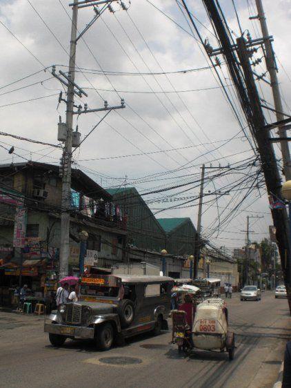 jeepney dans les rues du quartier de Pasay City, Manille