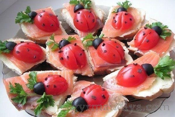 Бутерброды «Божьи коровки»    Такие красивые и вкусные бутерброды украсят любой воскресный или праздничный стол...Ингредиенты: .- батон.- красная рыба (лосось, форель, горбуша, семга).- сливочное масло.- помидоры.- маслины без косточек.- зелень..Красную рыбу отделить от...