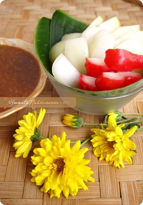 Rujak Manis Buah (Red & White Rose Apples and Rome Beauty Apples)  jambu airnya bikin ngecess
