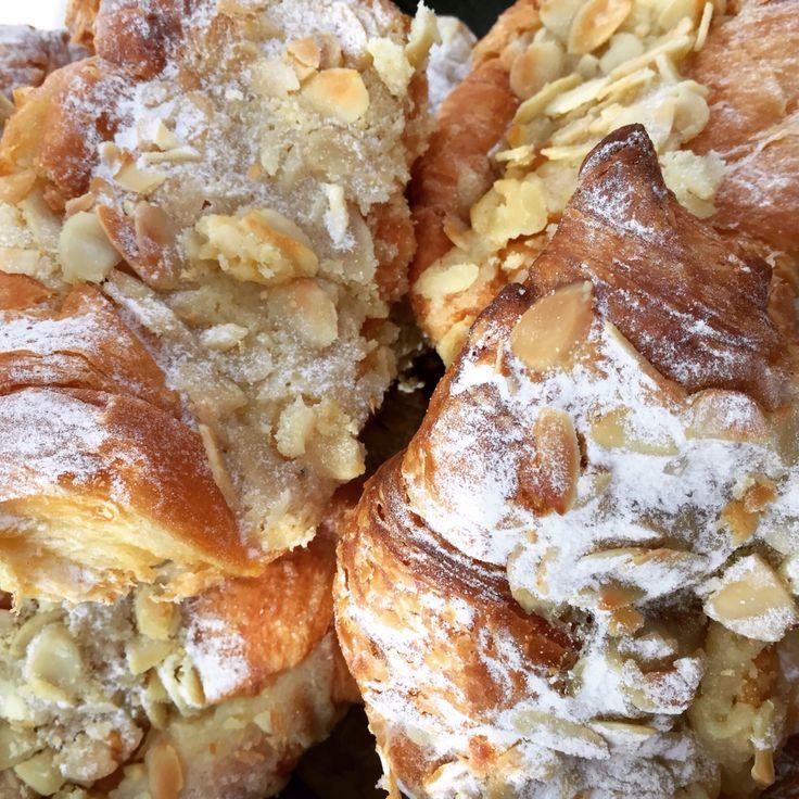 Pan de Almendras, Croissant, Frangipane, Almendras Fileteadas, Azúcar Impalpable.