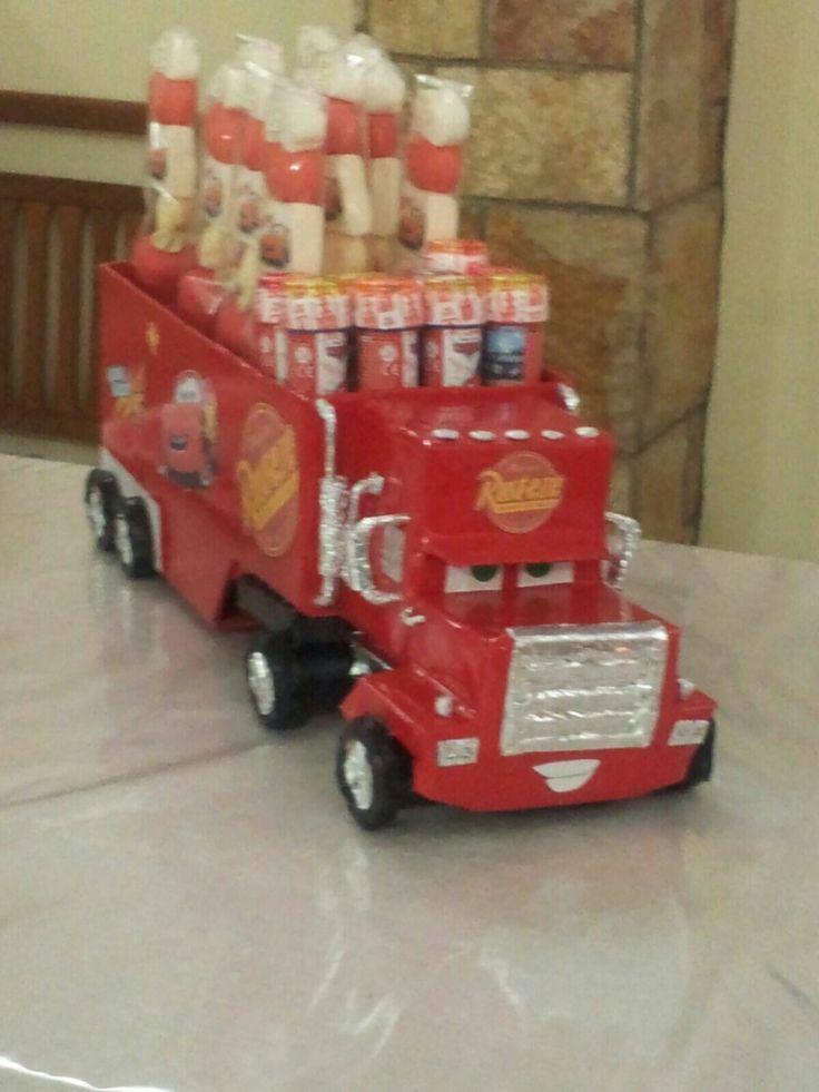 il camion Mack realizzato in cartone. porta caramelle e porta bolle di sapone