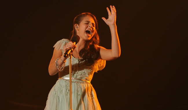 """Carly Rose Sonenclar closes the show by bringing the room to their feet on """"Somewhere Over the Rainbow."""""""
