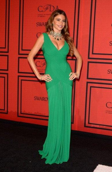 La actriz colombiana Sofía Vergara impactó con un vestido ceñido verde esmeralda, y joyas de Lorraine Schwartz.