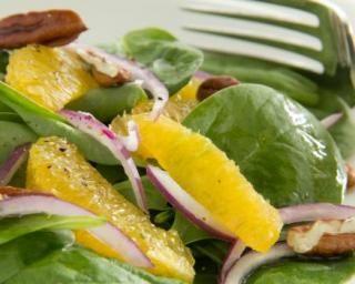 Salade fraîche épinards, orange et noix de pécan pour diabétique : http://www.fourchette-et-bikini.fr/recettes/recettes-minceur/salade-fraiche-epinards-orange-et-noix-de-pecan-pour-diabetique.html