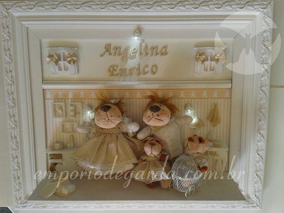 Quadro com moldura tamanho 45X54 cm com a familia leão, varios apliques em resina, carrinho aramado, iluminação com 3 pontos com botão de liga e desliga e nome da criança.