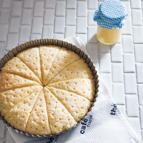 ショートブレッドのように焼いたクッキーにミルクジャムを合わせます。