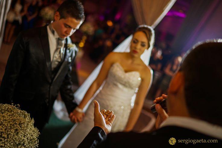 #weddingphotojournalism #weddingrings #weddingdetails #noivos #bride #groom #novios #buffettulipas #aliancasdecasamento #sonyimages #a7ii #brprofessionalphotographers #light #rings #weddingbrazil #fotojornalismocasamento