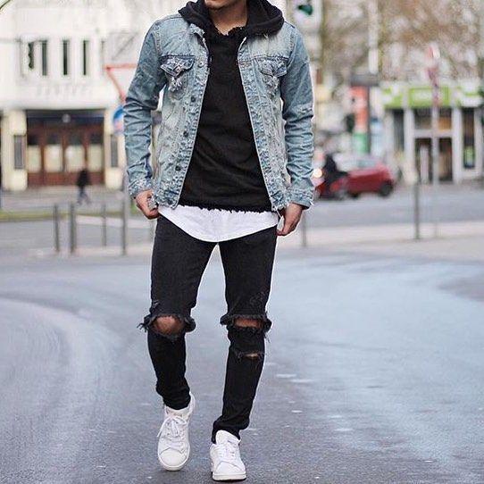 Acheter la tenue sur Lookastic: https://lookastic.fr/mode-homme/tenues/veste-en-jean-sweat-a-capuche-t-shirt-a-col-rond/18753   — Sweat à capuche noir  — Veste en jean bleu clair  — T-shirt à col rond blanc  — Jean déchiré noir  — Baskets basses en cuir blanches