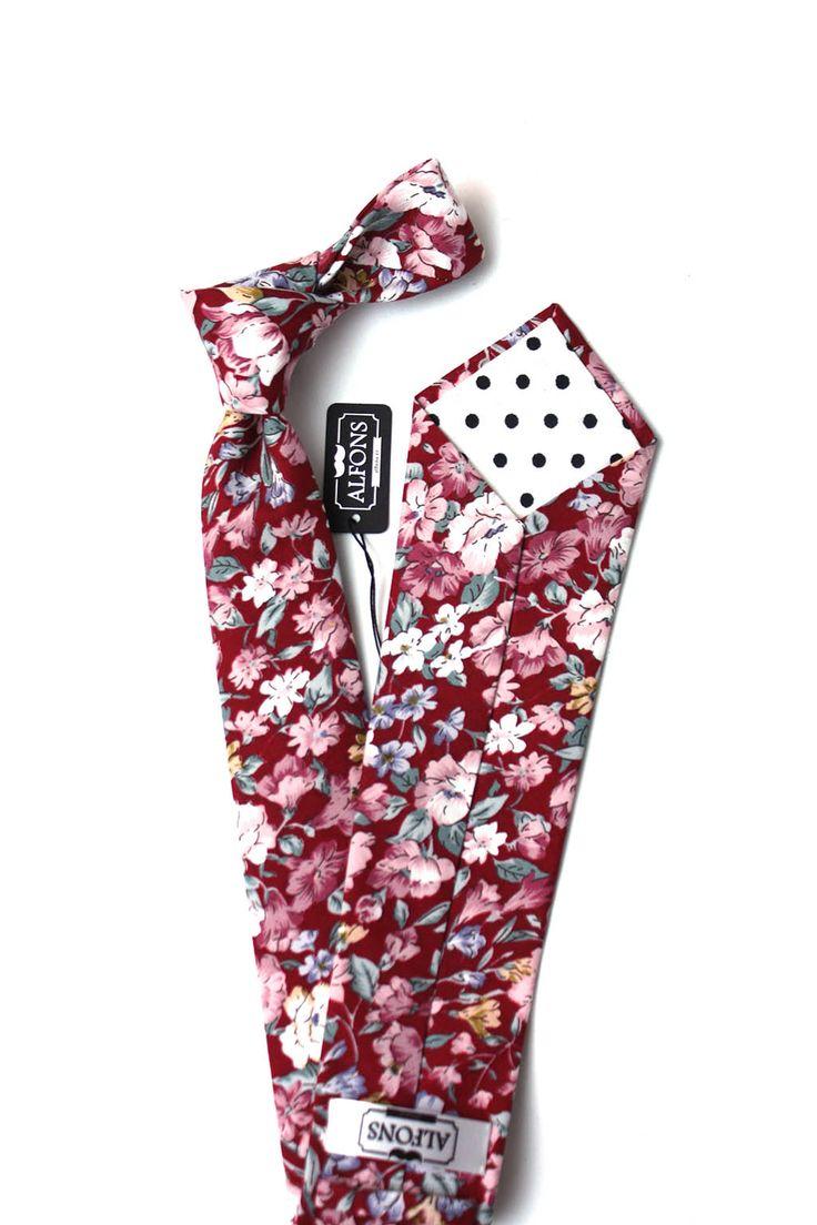Červená květinová kravata s výrazným květinovým vzorem - ideální volba pro pravé gentlemany. Kravata je vyrobena ze 100% bavlny, cena 850 Kč.