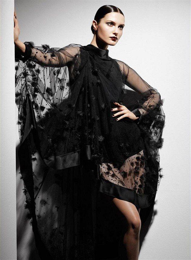 Fashion trends in autum 2010 - black lace, midi skirts http://ona.idnes.cz/podzimni-trendy-jemne-krajky-a-midi-sukne-vraci-zenskost-pzc-/modni-trendy.aspx?c=A100913_231202_modni-trendy_ves
