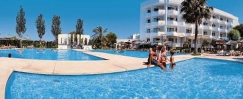 Hoteles para niños de las Islas Baleares:  Aparthotel Hipotels Cala Millor Park, Cala Millor. Viajacontuhijo, especialistas en viajes monoparentales
