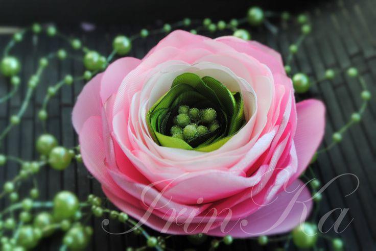 В мастер классе показано как просто вы можете создать своими руками цветок ранункулюс, или просто лютик, из атласной ленты. Ранункулюс (лютик) может быть люб...