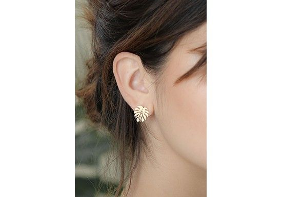 Shlomit Ofir est une créatrice Israélienne qui crée et fabrique tous ses bijoux à la main.   Boucles d'oreilles en forme de feuilles tropicales. Matière : laiton doré 24k Diamètre : 1,7 x 1.3 cm