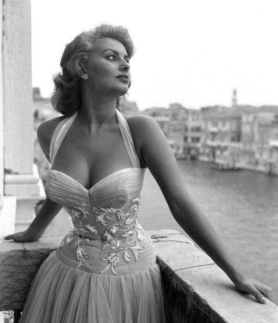 Sophia Loren portait une robe brodee blanche sur la terrace du grand canal de venise en juillet 1955