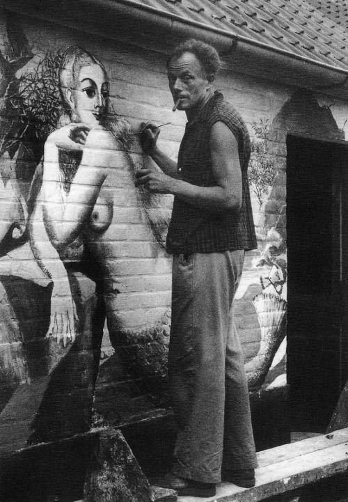 Paul Delvaux peignant les sirènes sur les murs de la maison de son  ami George Grard en juillet et août 1949
