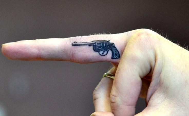 mejores tatuajes para  los dedos pistola