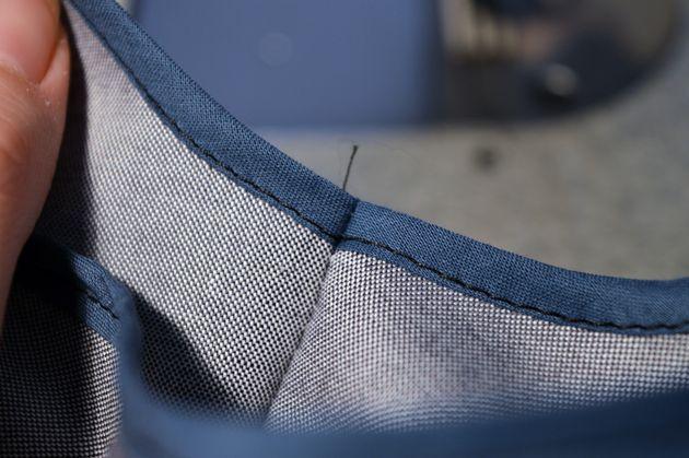 Skråbånd inviterer til at lege med prints og farver. Lær en nem metode til at sy skråbånd om kanten på stoffet, som fx. i ærmegab og halsudskæring.