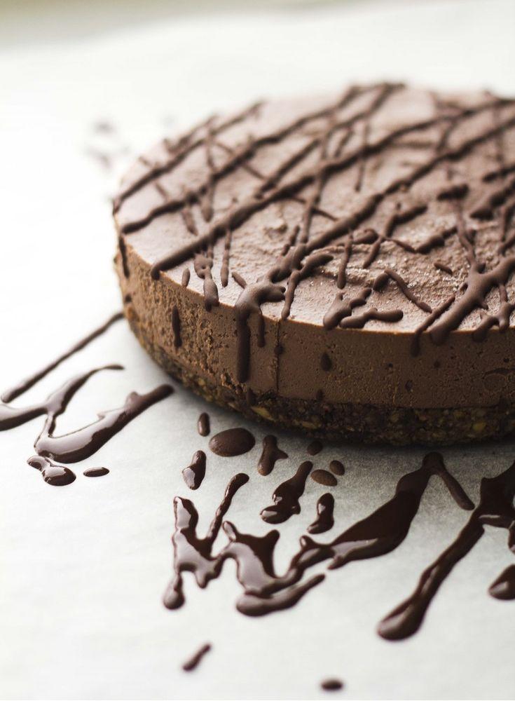 Sarjassamme hurjan herkulliset raakakakut saadaan tänään suklaatulitusta: luvassa on nimittäin vanha kunnon suklaakakku! Aiemmin sarjassamme nähty mm. marjaisa raakakakku ja puolukka-vaniljakakku. Ja öööm. Siinä ne sitten olikin. (Note to self: tee lisää kakkuja.) Jostain syystä en ole paljoa julkaissut suklaakakkujen saati muidenkaan kakkujen ohjeita blogin puolella (lukuunottamatta erästä punajuurisuklaakakkua). Tämä on hieman kummallista, sillä tosielämässä...