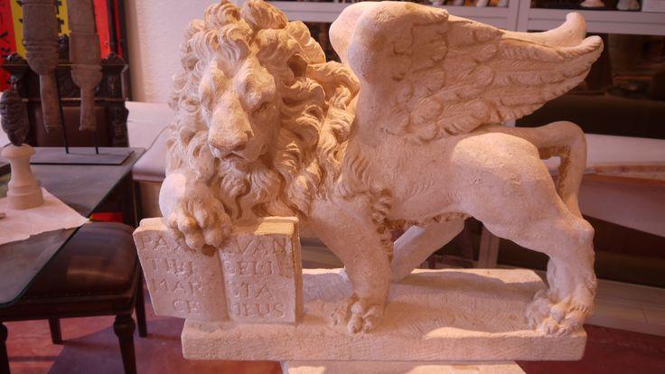 """Löwe San Marco - http://achillegrassi.com/de/project/leone-di-san-marco/ - Schöne Realisierung aus weißem Stein von Vicenza, die den Löwen von San Marco zeigt. Er hat die traditionelle Form eines Löwen mit Flügeln und hält ein Buch mit der Aufschrift """"PAX TIBI SPEED EVANGELIST MEUS"""". Beachten Sie die extreme Liebe zum Detail die von unseren Steinmetzen aufgemacht wurde.  Maße:  80cm x 60cm(H) x 35cm"""