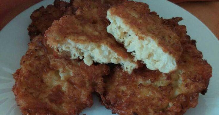 Mennyei Karfiolos sajtpuffancs GM recept! Igazából ez a cukkinis sajtpuffancs elődje. Gyerekkoromban Anyucikám sajt nélkül, a rántott karfiolhoz való, megmaradt karfiol-darabkákból készített 1-2 darabot. Folyton ment a harc a tesóimmal, hogy kié legyen. Ma már nincs vita. Főétel lett belőle. 😊