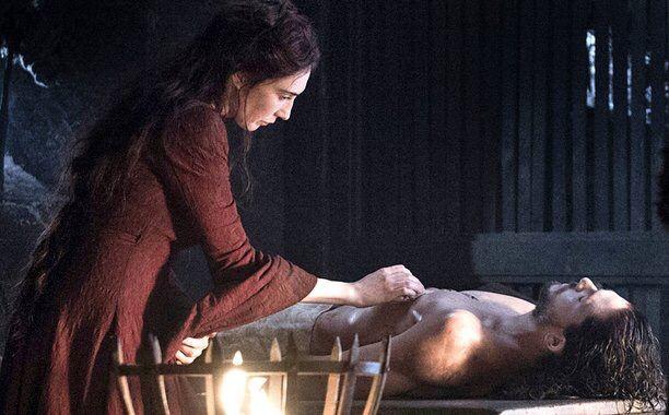 Melisandre is cleaning Jon Snow's dead body   GOT Season 6 chapter 2