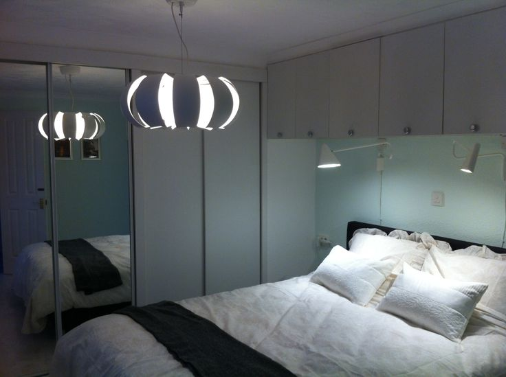 De grote slaapkamer van www.chaletmarkelo.nl. Een heerlijke boxspring, goed dekbed en veel kastruimte.  Vanuit deze slaapkamer loop je zo de badkamer in.  #overijssel #hofvantwente