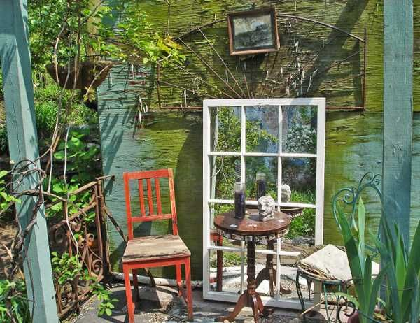 Pin by patricia buttner on decorating with old window for Outdoor window frame decor