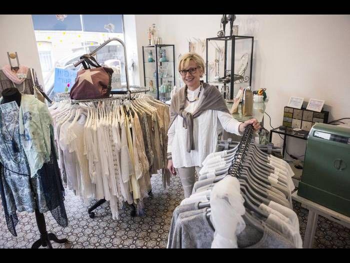 Eigentlich wollte Christine Decker ihr Geschäft in Weisenau schließen, dann aber entschloss sie sich, mit Bekleidung und Modeaccessoires in den alten Räumen neu anzufangen.Foto: hbz/Stefan Sämmer