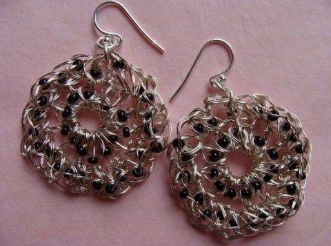 orecchini filo metallico uncinetto e perline