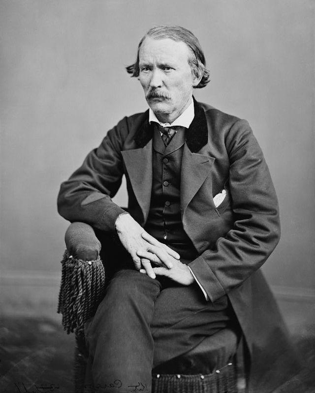 """Christopher Carson, meglio noto come Kit Carson (Richmond, 24 dicembre 1809 – Fort Lyon, 23 maggio 1868), è stato un esploratore statunitense.  Fu un celebre """"uomo di frontiera"""" americano del XIX secolo: fu esploratore, guida, agente indiano, cacciatore e soldato. Figura quasi leggendaria, rappresenta nell'immaginario collettivo una delle icone del Far West."""