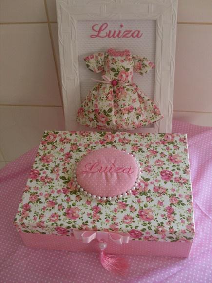 Kit contendo um quadrinho para porta de maternidade e uma caixa em mdf revestida com tecido, personalizada com nome bordado. Escolha a cor e o tipo de tecido. Pode ser feito para meninos Quadrinho em mdf 27 x 23 cm R$140,00