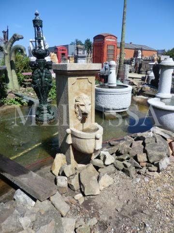 Stenen muurfontein met leeuwenkop te koop bij Medussa www.medussa.be fontein in steen voor muur