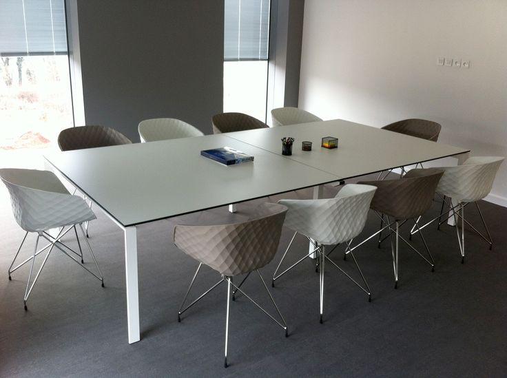 salle de r union contemporaine r alis e avec une table star mobel linea et des chaises. Black Bedroom Furniture Sets. Home Design Ideas
